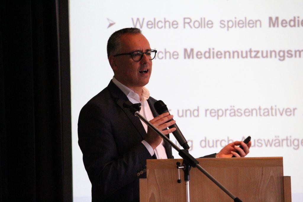 """Studie """"Flucht 2.0"""": Informationsverhalten von Geflüchte-ten in den digitalen Medien Prof. Dr. Martin Emmer, Freie Universität Berlin"""