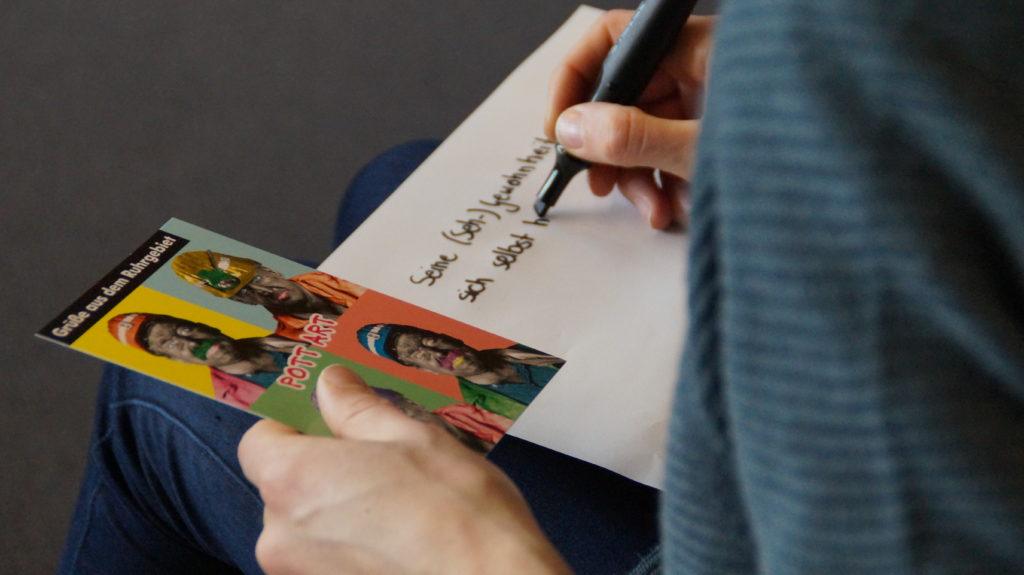 Während des Workshops wurde mit verschiedenen Materialien gearbeitet, zum Beispiel Postkarten