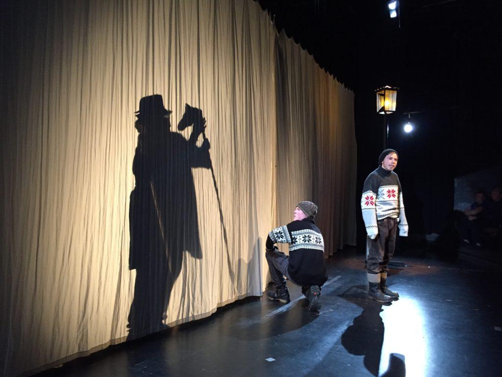 """Teilnehmende Jugendliche proben für das Theaterstück """"Der gewissenlose Mörder Hasse Karlsson…"""""""