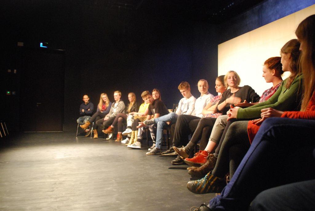 Diskussionsrunde mit Jugendlichen bei der Frontaldiskurs Abschlussveranstaltung 2015