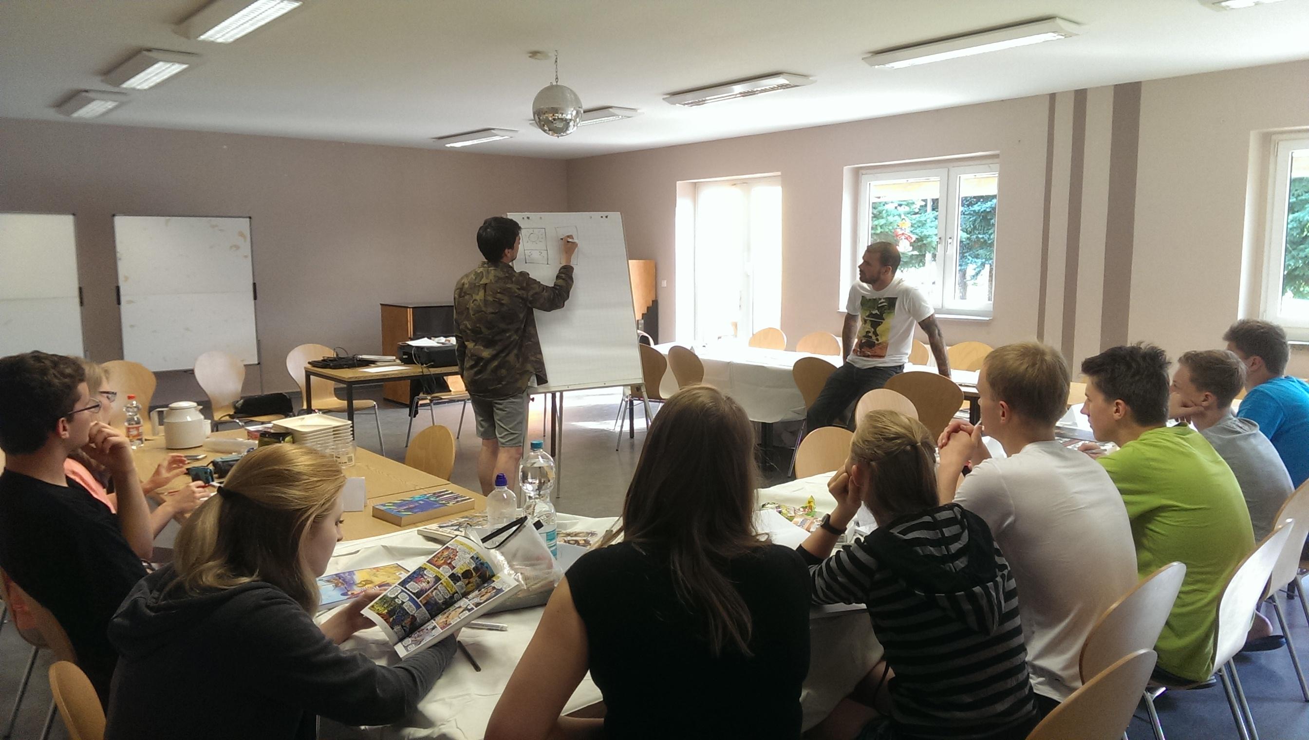 Teilnehmende bei einem Comic-Workshop