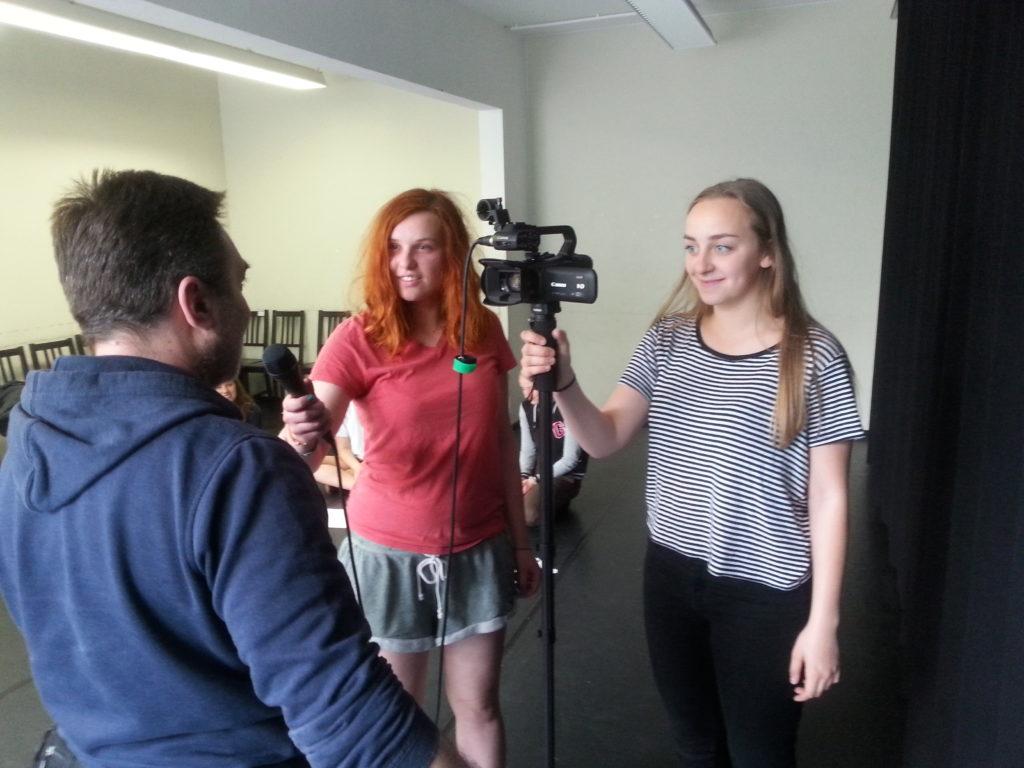 Teilnehmende Interviewen Passantinnen und Passanten
