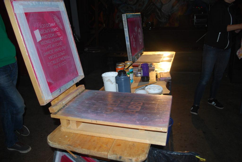 Teilnehmende beim Siebdruck-Workshop
